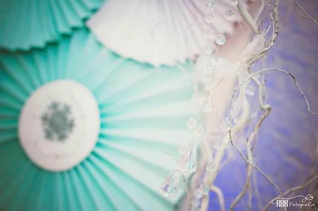 fiesta congelada con decoración interesante en colores azulez y blancos