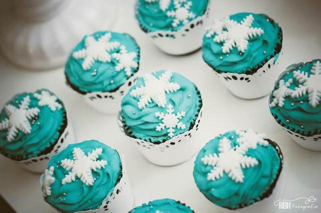 fiesta congelada con dulces en forma de copos de nieve de color azul y blanco