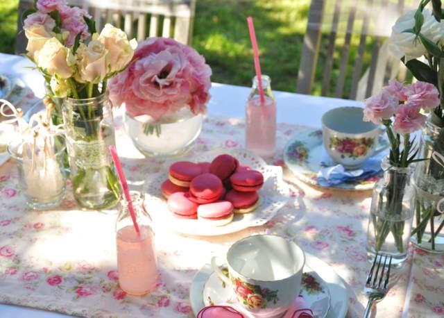 una fiesta decoración de flores colores de pastel y rosas preciosas