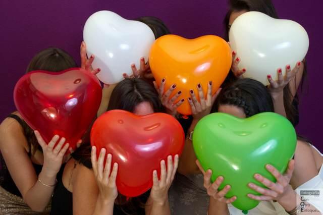 fiesta despedida de soltera globos en forma de corazón
