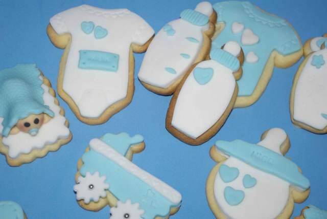 galletas decoradas en colores blancos y azules