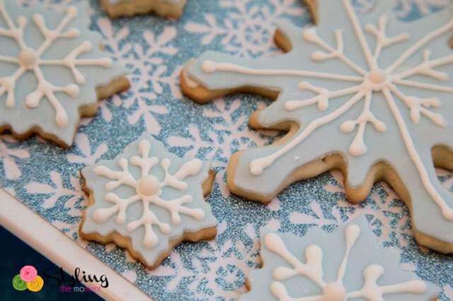 galletas en forma de copos de nieve de color azul y blanco