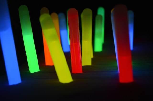 globos con palillos del resplandor extravagantes diferentes colores