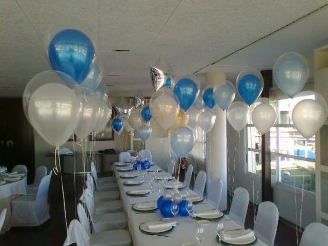 globos de helio de colores gris y azul