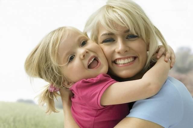 hija feliz madre abrazar durante cumpleaños
