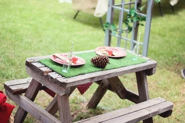mesa bancos madera típicamente acampar hierba