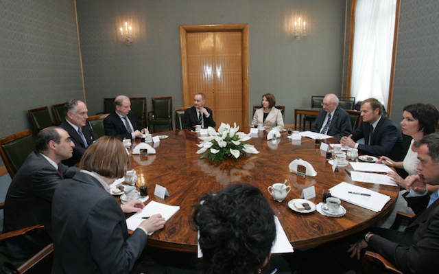 mesa redonda conferencia miembros generales compañía