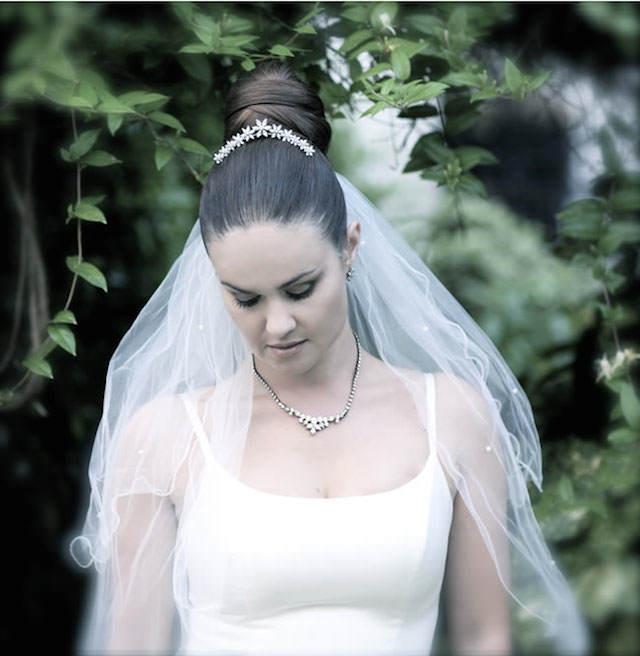 moño alto combinado diadema velo de novia collar
