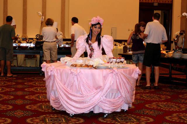 muchacha vestida como mesa comida para fiesta navideña
