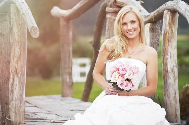 novia preciosa en la naturaleza ramo de flores