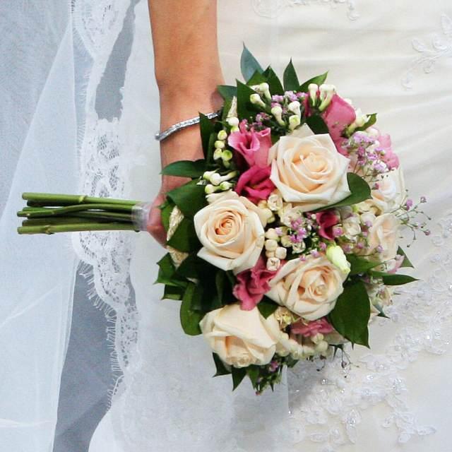 novia flores rosas combinación muy elegante