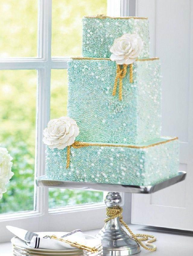 pastel color menta combinado flores blancos y cuerda