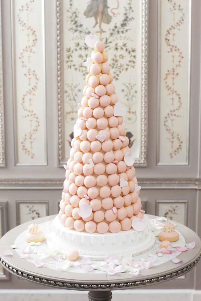 pastel con macarrones colores tiernos pétalos
