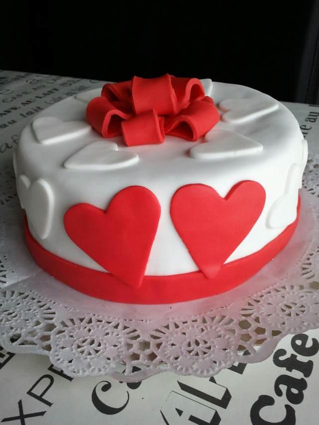 un pastel de aniversario corazones