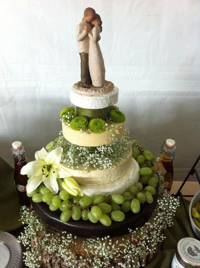 pastel hecho de queso boda pequeñas figuras decoración