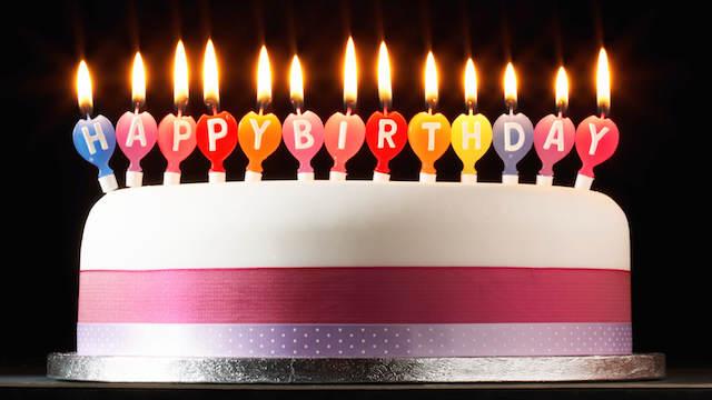 pastel elegante decorado velas escribir feliz cumpleaños