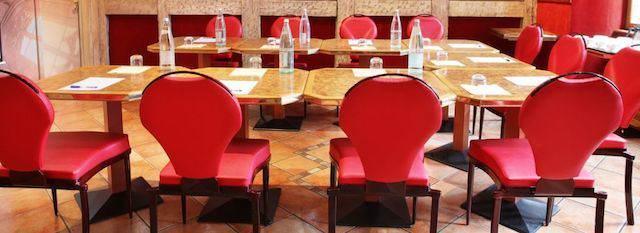 pequena sala seminarios moderna rojo dorado