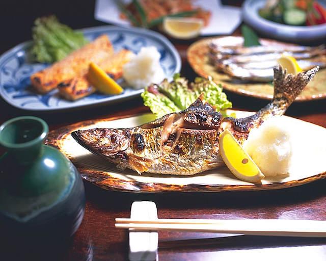 pescado a la parrilla yakizakana japonesa