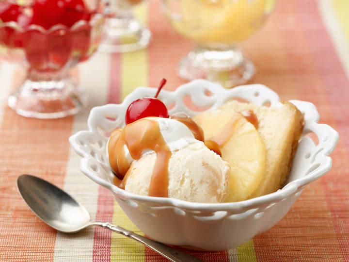 postre con piña helado cereza sabroso