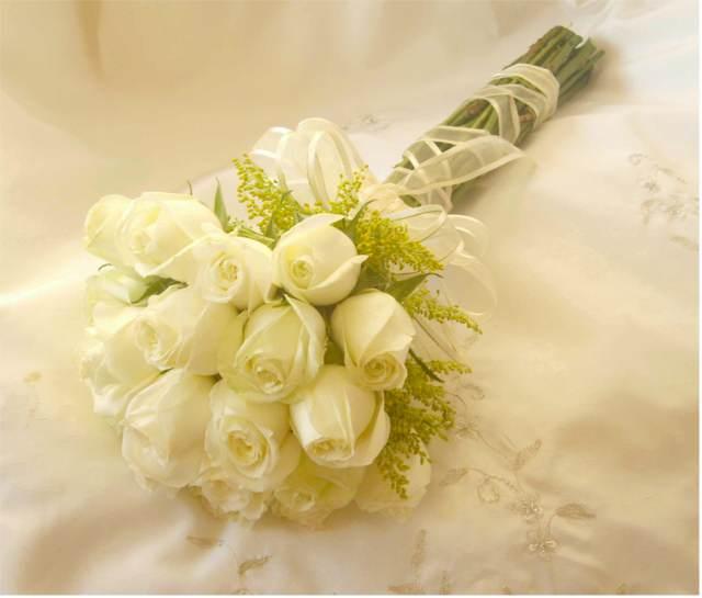 un ramo atado de rosas blancas boda
