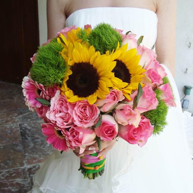 ramo de flores para novia con rosas y girasoles