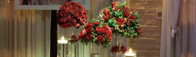 decoración elegante con rosas rojas para su celebración