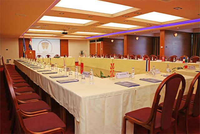 sala seminarios internacionales importantes rojo y dorado