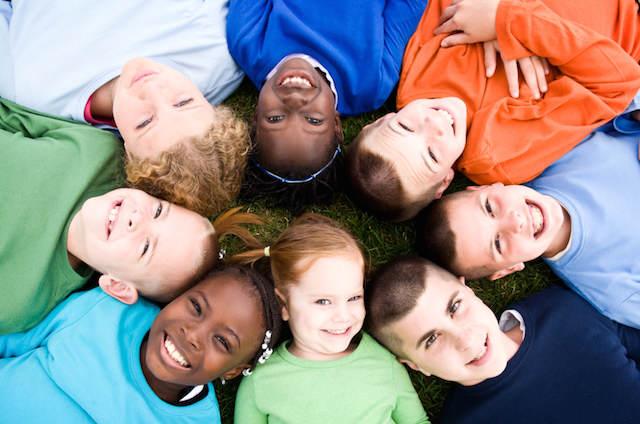 sonrisas niños durante juegos infantiles equipo ganador