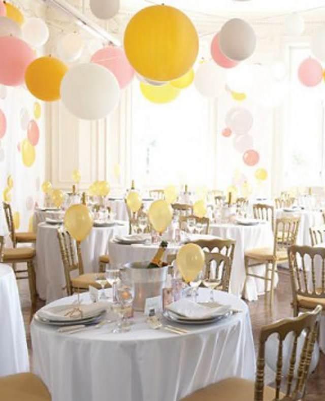 tarjetas de lugar interesantes colgadas de globos sobre mesa