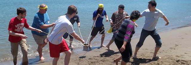 organizar team building playa trabajar en equipo