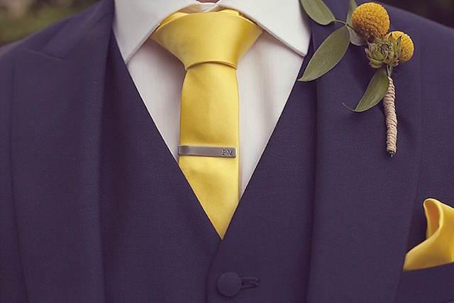 trajes de novio modernos detalles color amarillo