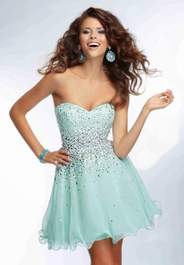vestido corto matiz azul verde moderno accesorios