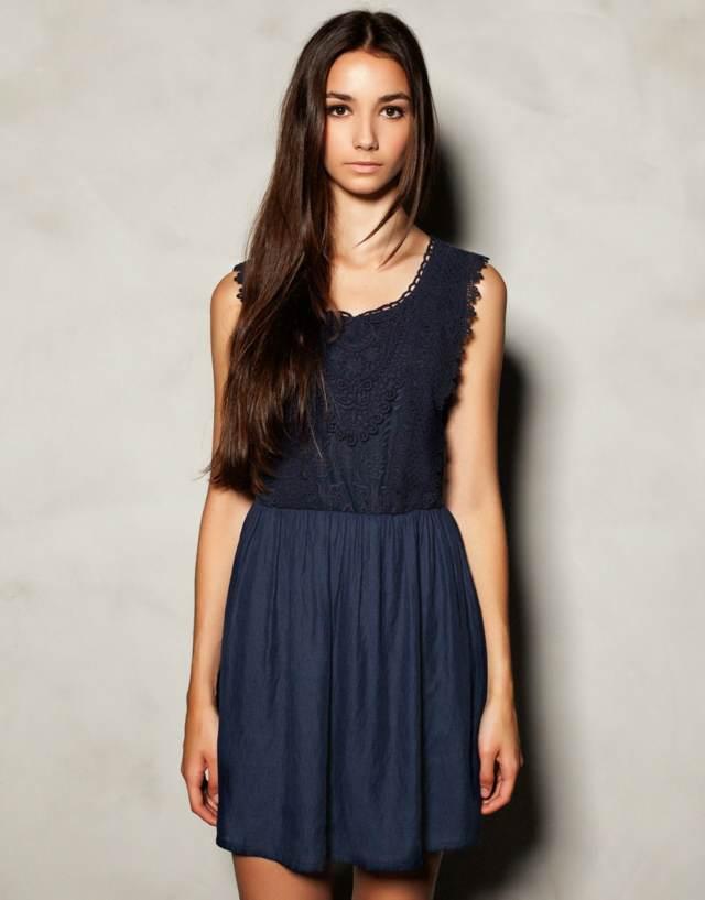 un vestido sencillo color azul sin mangas