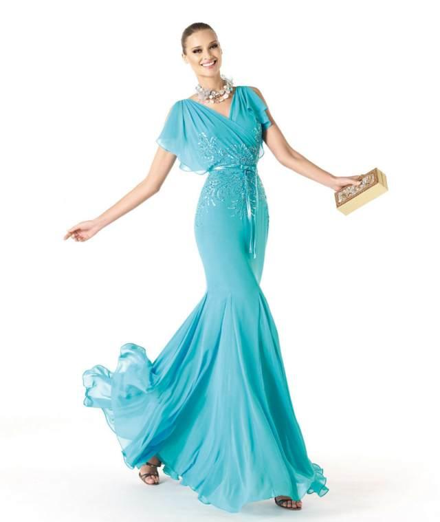 vestidos de cóctel un vestido largo azul y accesorios