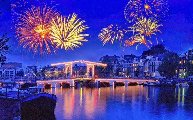 Amsterdam celebración Año Nuevo 2015 fuegos artificiales