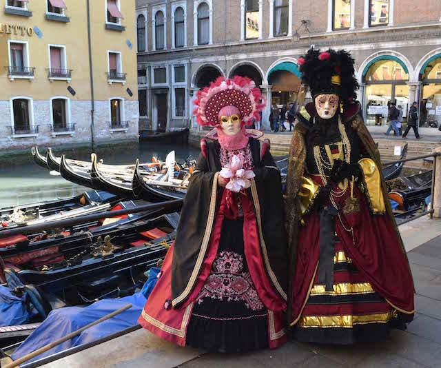 Carnaval de Venecia paseo en góndolas preciosas