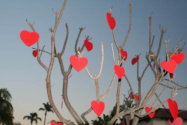 árbol decorado corazones fiesta San Valentín