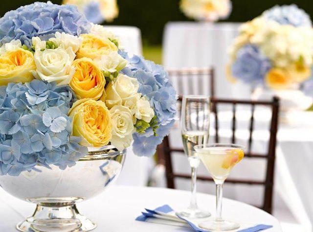 decoración combinación rosas amarillas blancas flores azules tiernas
