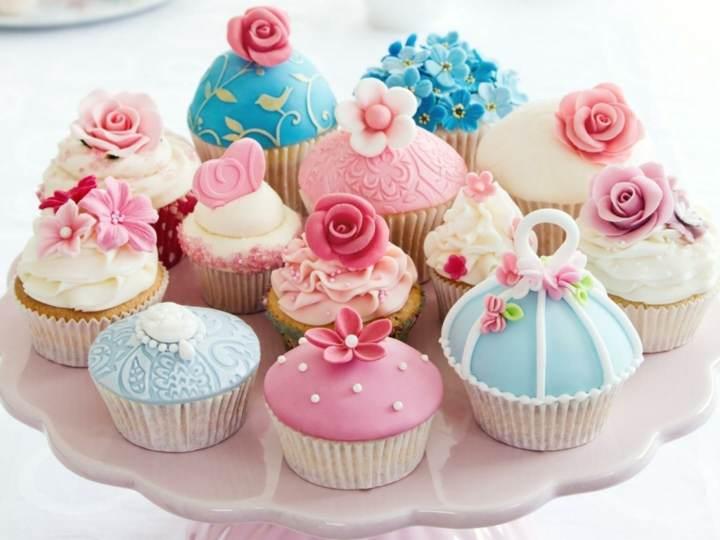 decoración de cupcakes colores preciosos azul rosa flores