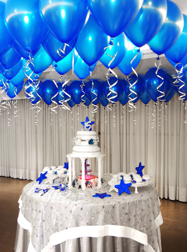 Decoración con globos azules sobre el paste de 15 años
