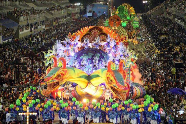 desfile escuela profesional samba dragón cabezas