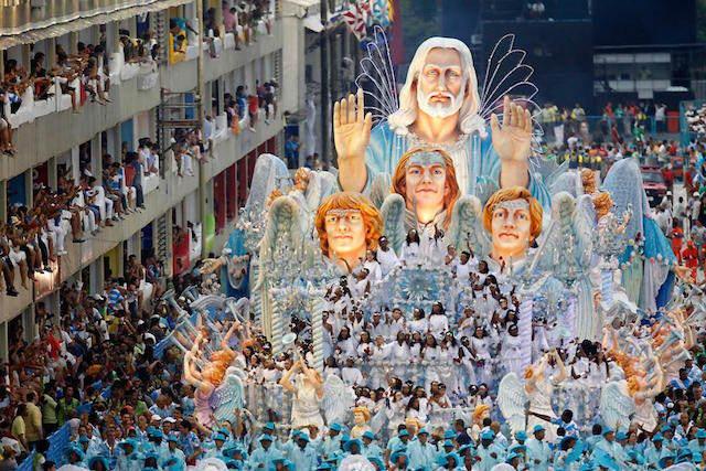 desfile tema religioso típico carnaval Brasil