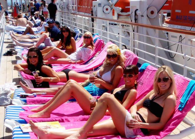 despedida de soltera en barco relajar tomar el sol