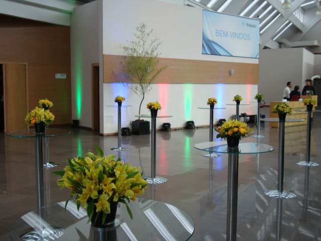 evento corporativo decoración sencilla elegante flores hermosas