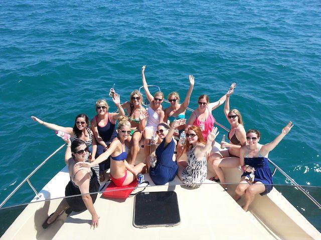 fiesta barco amigas festejan alegremente
