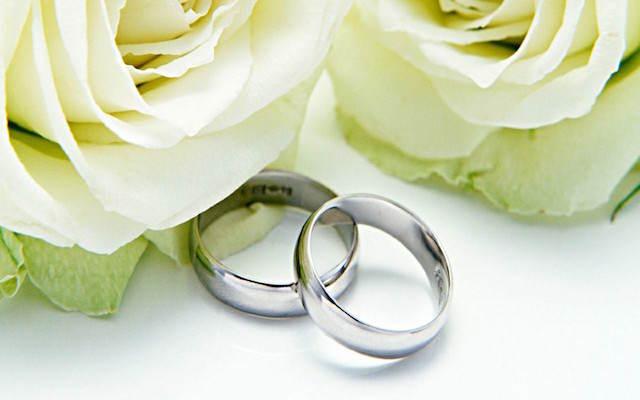 frases para aniversario rosas blancas anillos