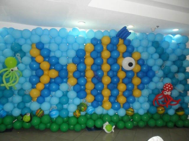 pared decorada enteramente globos mar pez enorme