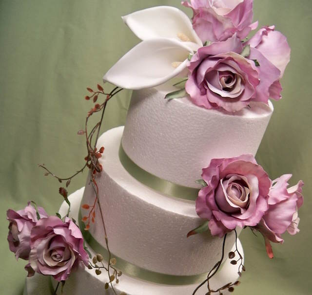 pastel de boda precioso decorado flores de papel