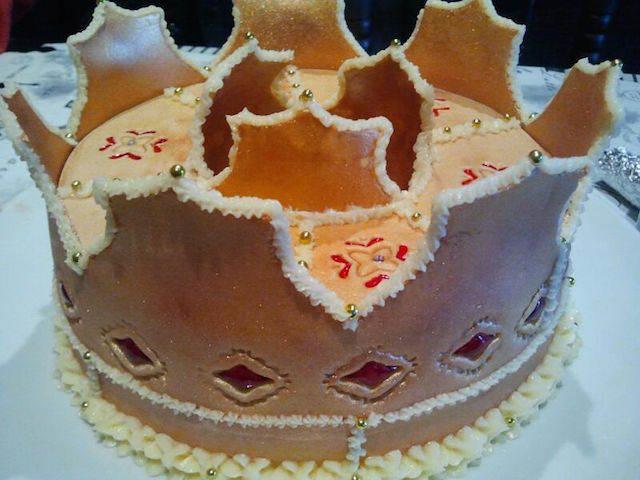 pastel decorado temáticamente corona color oro
