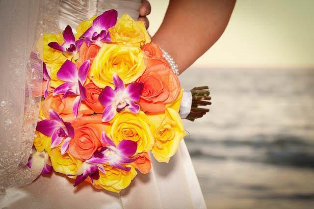 precioso ramo flores rosas amarillas orquídeas